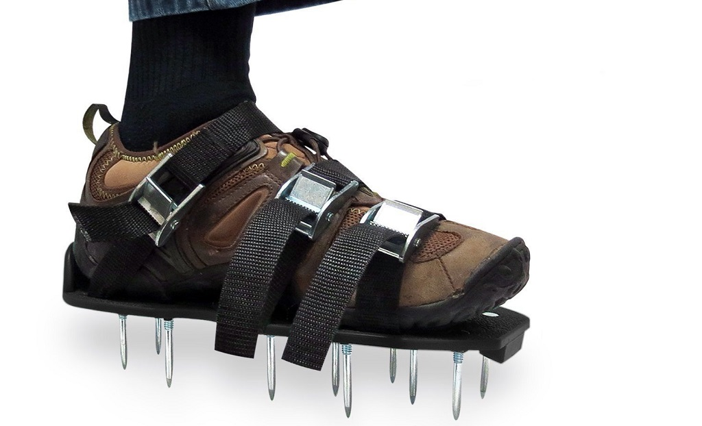 Lawn aerator shoe spikes